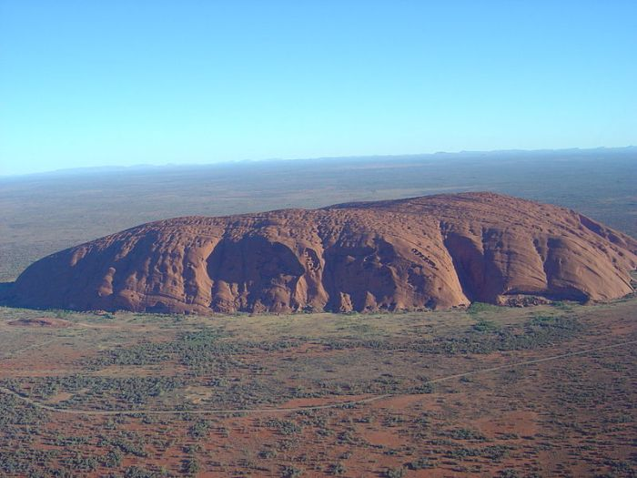 800px-Uluru_(Helicopter_view).jpg