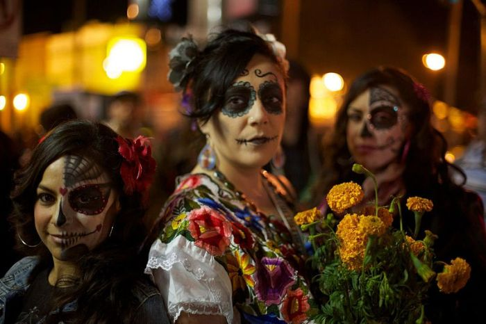 Dia_de_los_Muertos_Celebration_in_Mission_District_of_San_Francisco,_CA.jpg