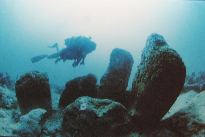 Atlit-Yam,_Ritual_structure_made_of_stones.jpg